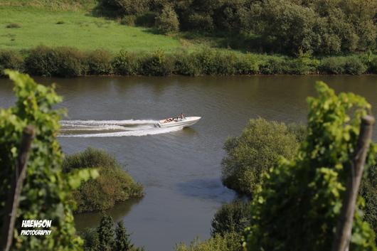 Josefshöhe-Dettelbach-Aussicht-auf-vorbeidüsende-Motorboote