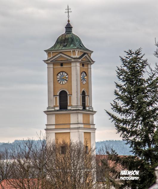 Was-jedem-Besucher-von-Bad-Birnbach-bei-seiner-Anfahrt-als-erstes-auffällt,-ist-die-mächtige-Pfarrkirche,-die-die-Alte-Hofmark-und-das-Badezentrum-überragt.