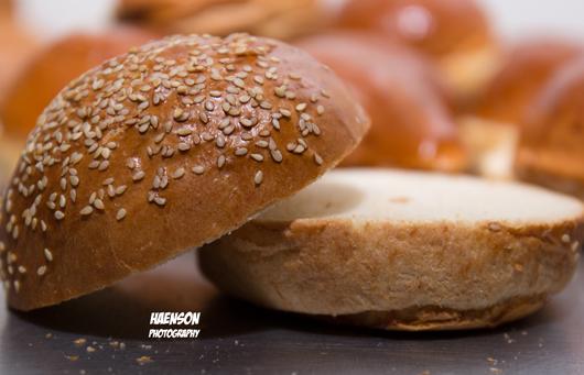 Hamburger-Brötchen-mit-Sesam