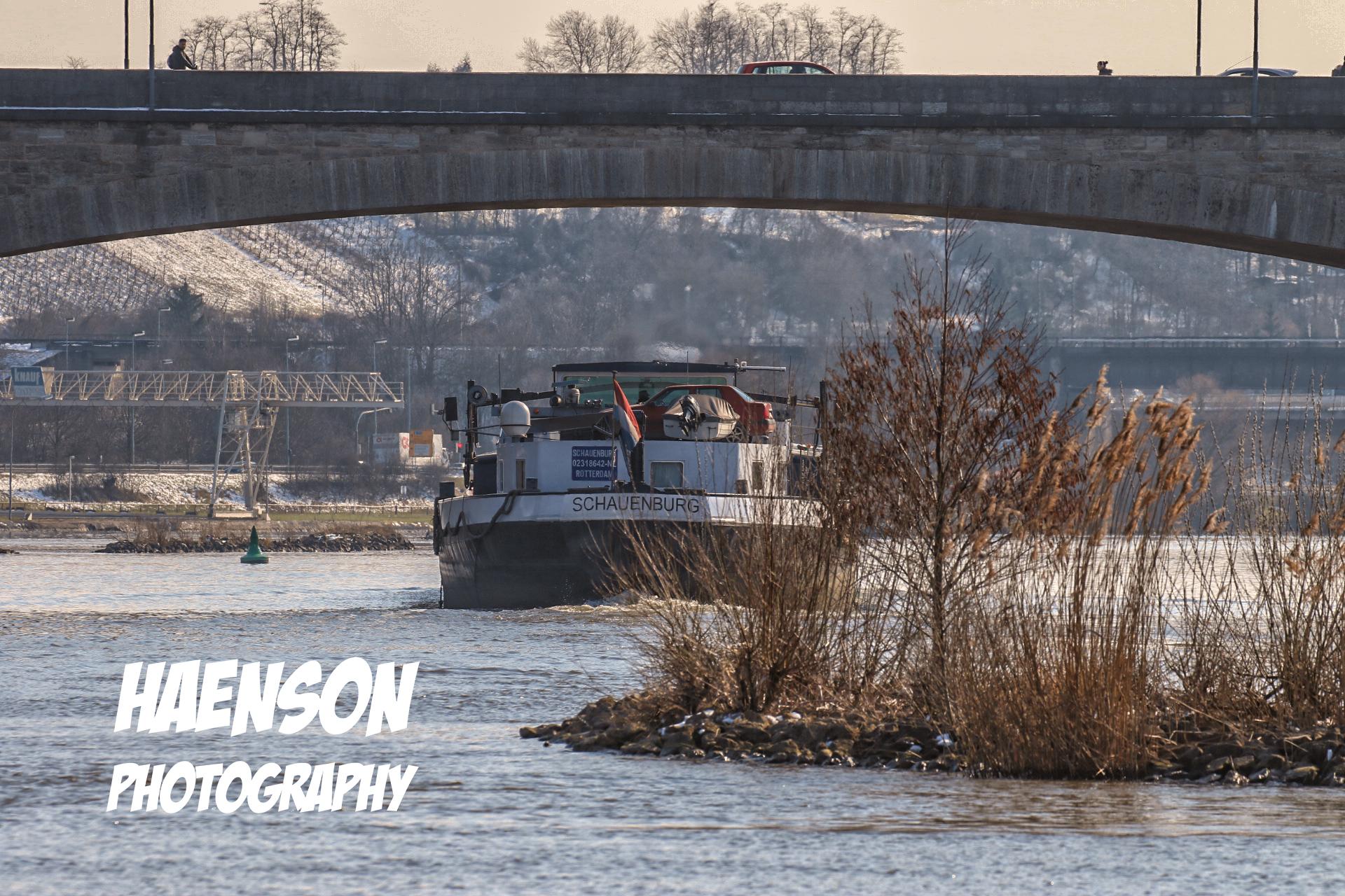 big-pisture-Schiff-fährt-durch-die-neue-Mainbrücke-links-sieht-man-noch-schnee-im-Weinberg-liegen