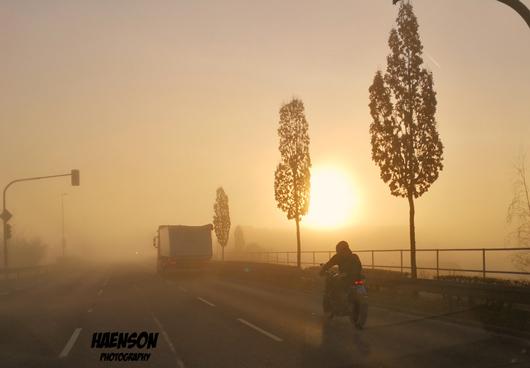 Die Sonne verdrängt gerade den mit Sahrastaub angereicherten Morgennebel.