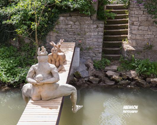 Der-Froschkönig-und-die-Afrikanerin,-eine-Skulptur-von-Peter-Lenk-2