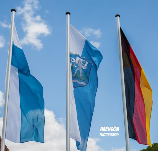 Die-Flaggen-sind-gehisst