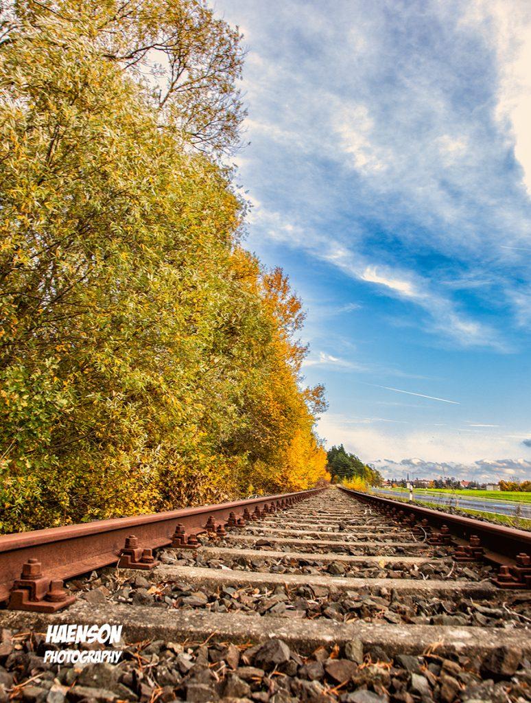 Eisenbahnschienen im Herbst
